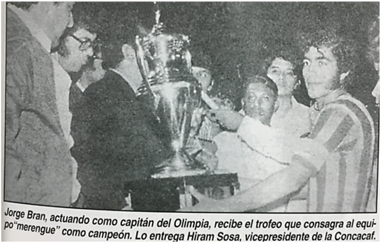 Jorge Bran en 1973, recibiendo como capitán de Olimpia el trofeo de Campeón de CONCACAF.
