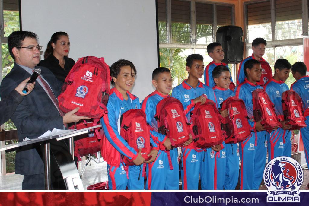 Banco Atlántida donó los uniformes de presentación, mochilas y otros implementos deportivos, entregados personalmente por el Licenciado Carlos Girón.
